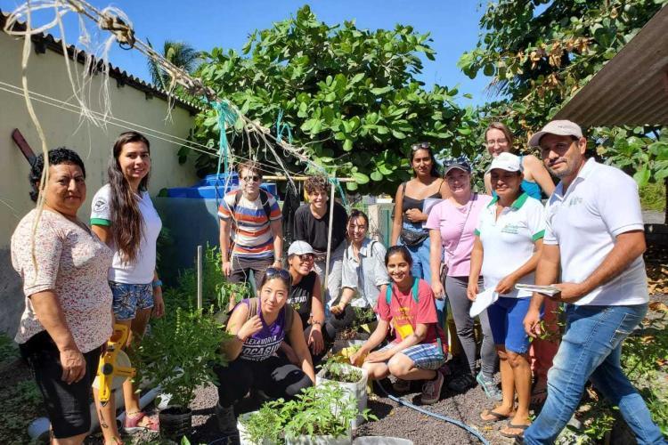 Sustainable gardening volunteers in Galapagos
