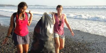 Volunteers beach cleaning Costa Rica