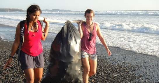 Volunteers beach cleaning Costa Rica
