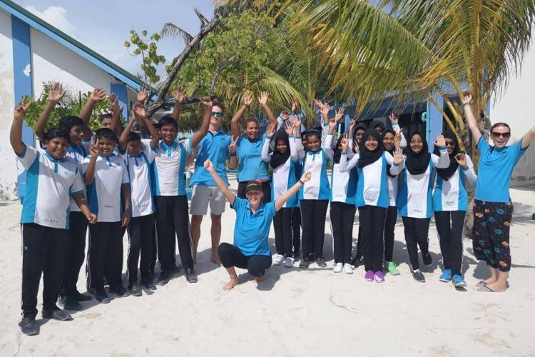 Naifaru volunteers on the beach